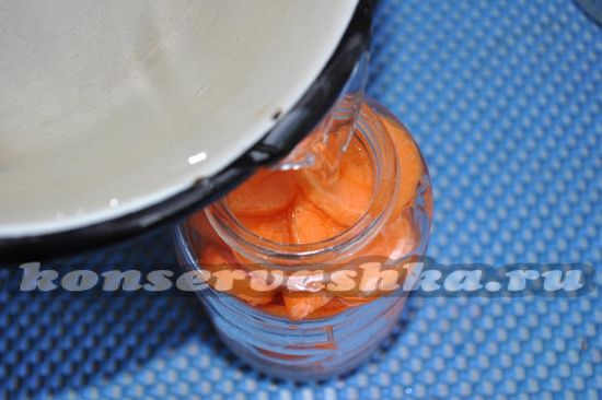 зальем рассолом морковь