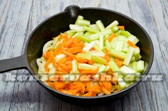 Добавить сельдерей и морковь