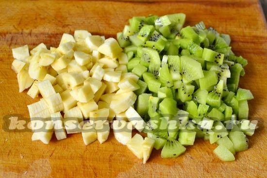 нарезать банан и киви
