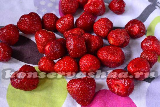 Перебираем ягоды клубники