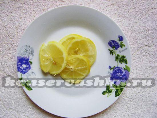 Лимон нарезайте кружками