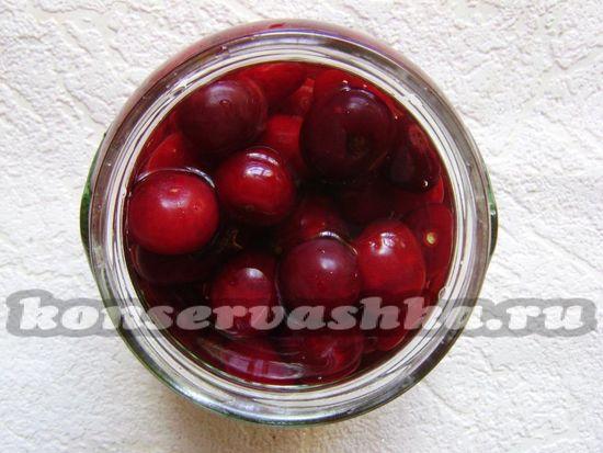 горячим сиропом заливайте вишни в банке
