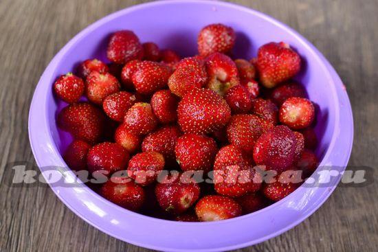 чистим ягоды от зелёных хвостиков