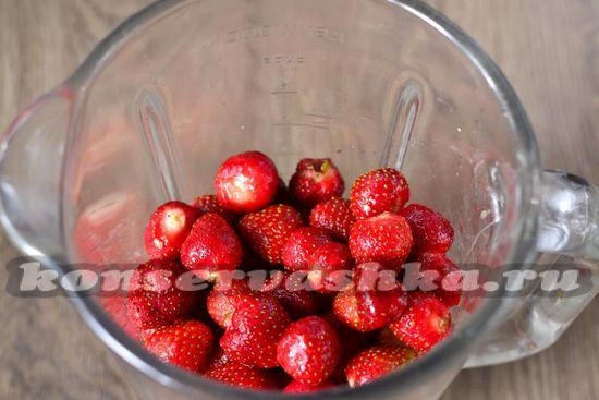 Перекладываем ягоды в блендер