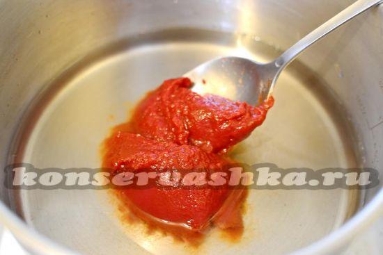 вливаем воду и кладём томатную паст