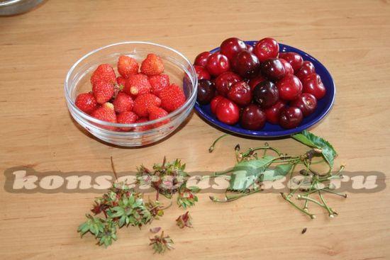 Ягоды черешни освобождаем от плодоножек