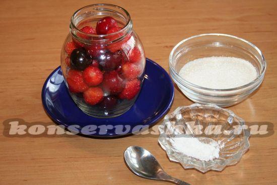 В чистые сухие банки укладываем ягоды