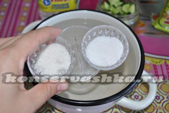 соедините сахар, соль и воду