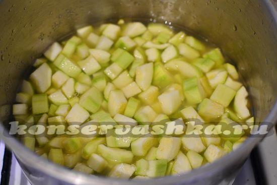 добавляем сок ананасовый, сахар