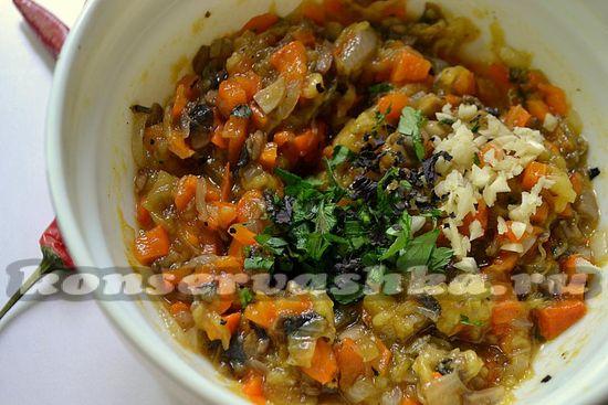 Добавляйте грибы в миску с икрой.