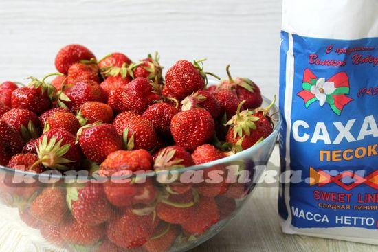 Ингредиенты для приготовления перетертой клубники с сахаром