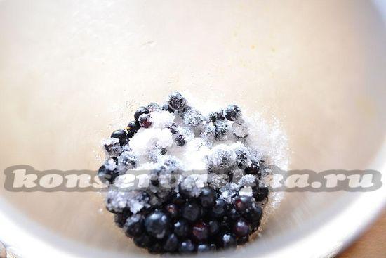 выложите ягоды и сахар в блендер