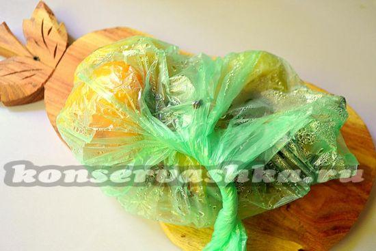 переложите горячий печёный перец в пакет