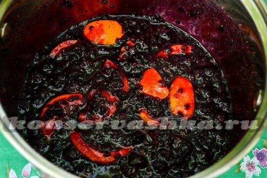 варим варенье из черной малины с апельсином около 30 минут