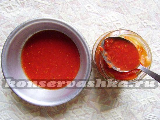 влить томатный соус