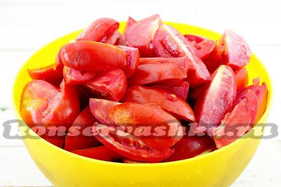 томаты разрежьте на четыре части
