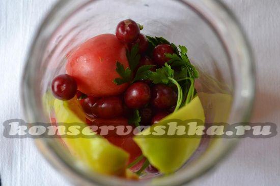 Ложим в банку помидоры, перец и кизил