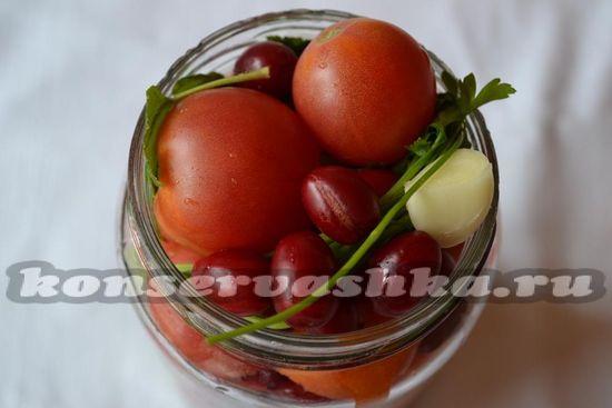 Наполнить банку  слоями овощей
