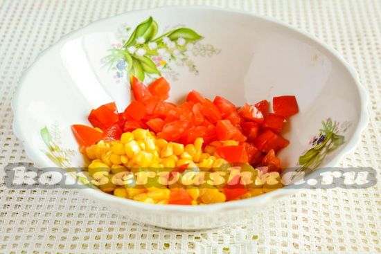 Добавить помидоры к кукурузе
