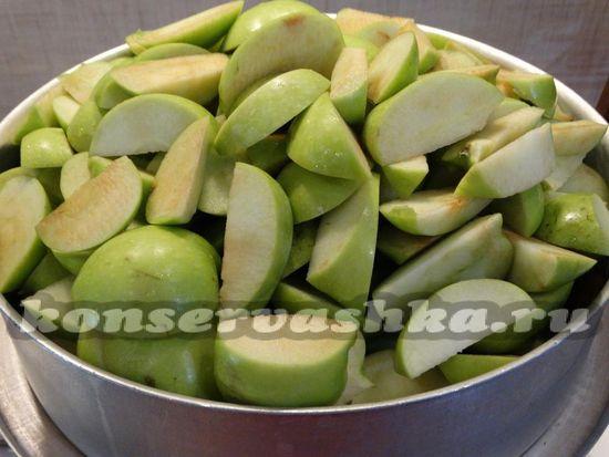 Кладем яблоки в соковарку