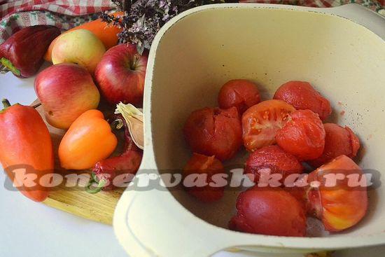 Ложим томаты в кастрюлю