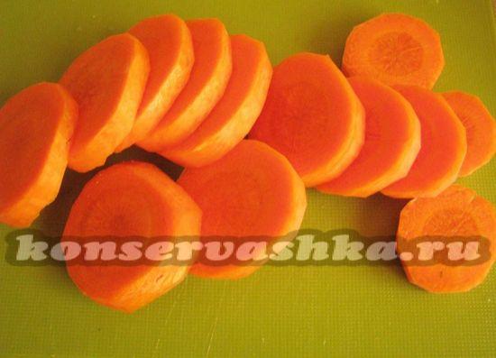 Режем кружалками морковь