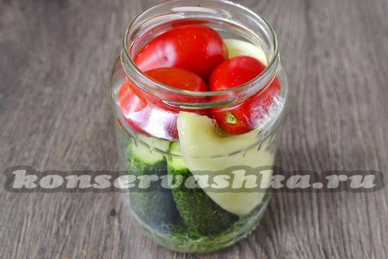 выкладываем довольно плотно овощи