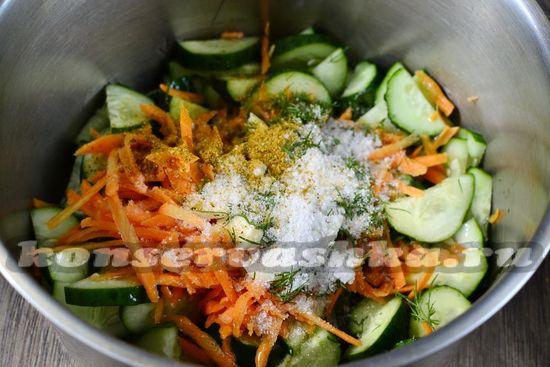 добавляем соль, а также сахар, молотый перец, специи, масло растительное