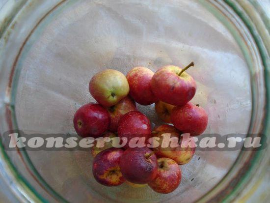 Простерилизуйте банки и выложите в них яблоки.