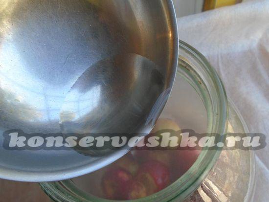 Кипящим сиропом залейте яблоки