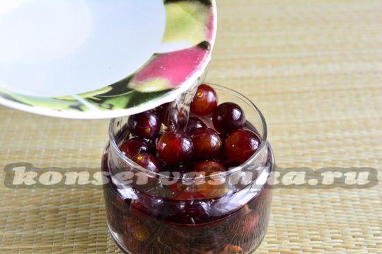 Заливаем виноград маринадом