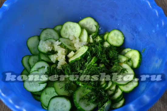 добавить чеснок и зелень