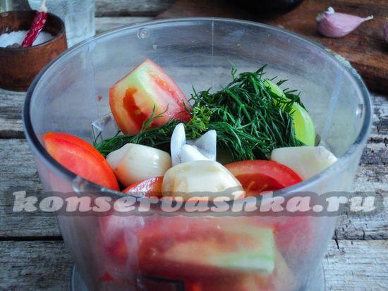 овощи порциями закладываем в чашу блендера