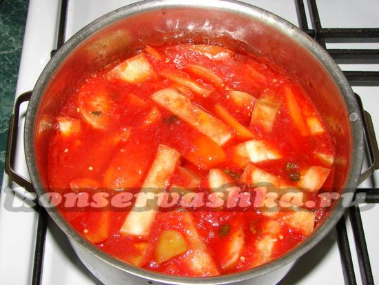 Добавить болгарский перец и баклажаны