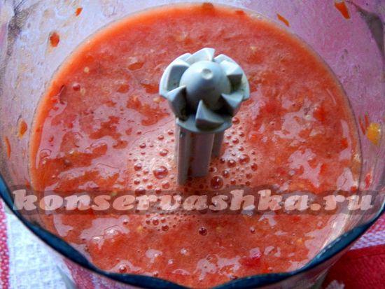 измельчаем помидоры и сливы