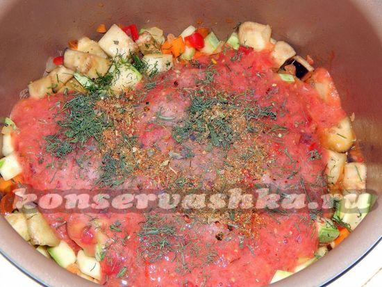 Заливаем овощи томатно-сливовым пюре