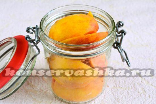 выложить в банку персики