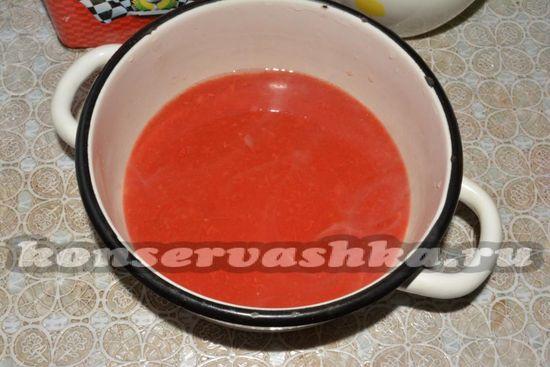 перекрутить помидоры или использовать готовый томатный сок