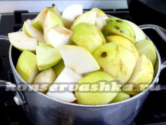 Яблоки сложены в кастрюлю
