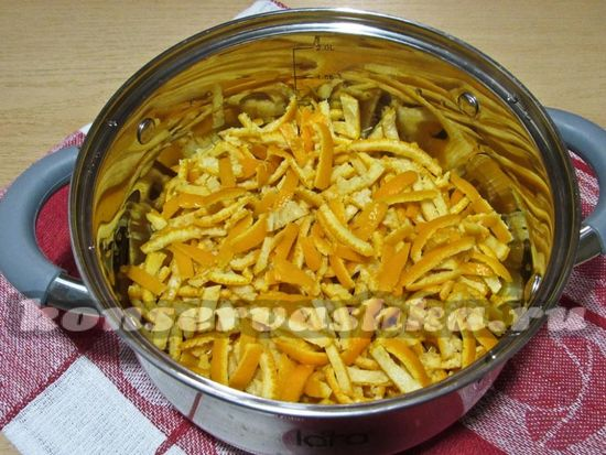 слить воду с мандариновых корок