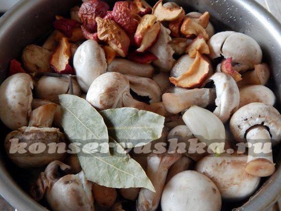 залить грибы водой и добавить специи