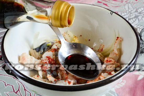 Влить соевый соус