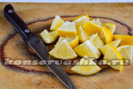 Нарезать лимоны