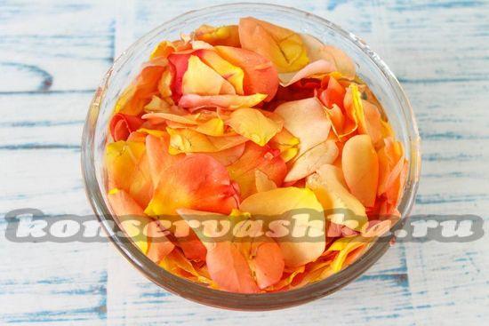 промыть лепестки роз