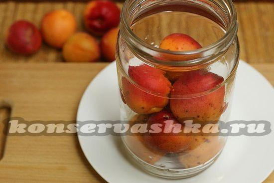 заполнили банки абрикосами