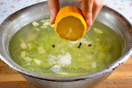 Выдавить лимонный сок