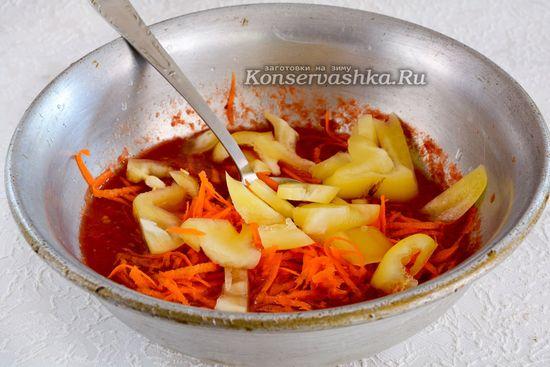 Тушить перец и морковку