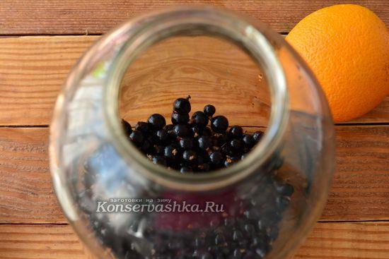закладываем ягоды в бутыль