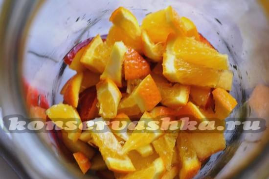выложить в банки апельсины