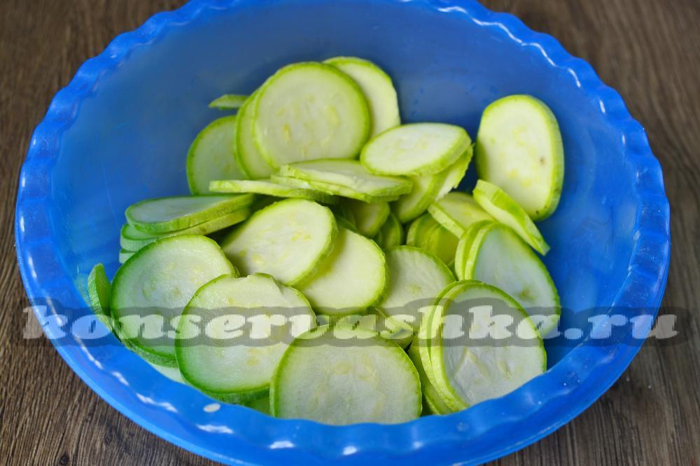 Салат на зиму из кабачков на зимуы пальчики оближешь